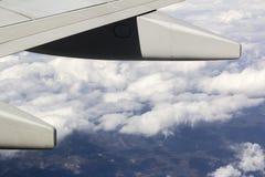 Ala del aeroplano del avión sobre las nubes Imagen de archivo libre de regalías