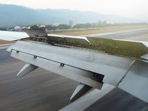 Ala del aeroplano durante el aterrizaje en el aeropuerto Foto de archivo libre de regalías