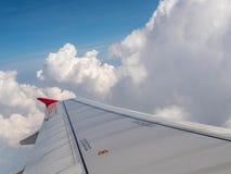 Ala del aeroplano en el cielo imagenes de archivo