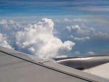 Ala del aeroplano en el cielo imagen de archivo