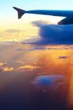 Ala del aeroplano en el fondo del cielo de la puesta del sol sobre Tel Aviv Foto de archivo