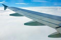 Ala del aeroplano fuera de la ventana Fotografía de archivo