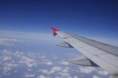 Ala del aeroplano fuera de la ventana Imagenes de archivo
