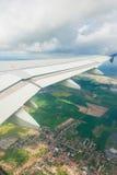 Ala del aeroplano hacia fuera foto de archivo