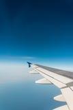 Ala del aeroplano hacia fuera fotografía de archivo