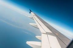 Ala del aeroplano hacia fuera fotos de archivo libres de regalías