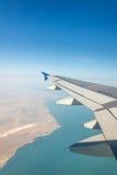 Ala del aeroplano hacia fuera foto de archivo libre de regalías