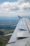 Ala del aeroplano que va a aterrizar Imagen de archivo