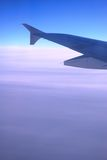 Ala del aeroplano sobre las nubes Foto de archivo libre de regalías