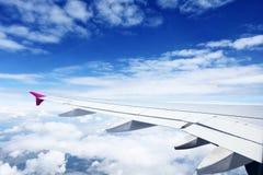 Ala del aeroplano sobre las nubes Imagen de archivo libre de regalías