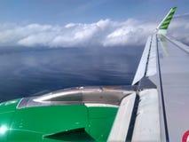 Ala del avión con el cielo nublado Foto de archivo libre de regalías