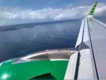 Ala del avión con el cielo nublado Fotos de archivo libres de regalías