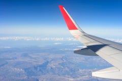 Ala del avión en fondo del cielo azul Imagenes de archivo