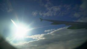 Ala del avión Ventana del aeroplano Ala del aeroplano de la ventana Vuelo del aeroplano Ala de un vuelo del aeroplano sobre almacen de video