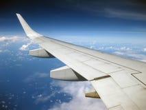 Ala del jet en cielos azules profundos con las nubes Fotos de archivo libres de regalías