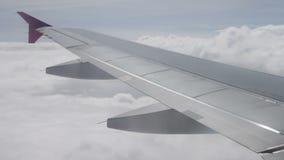 Ala del vuelo del aeroplano sobre las nubes en cielo almacen de video