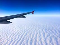 Ala dell'aereo con il cielo nuvoloso Immagine Stock