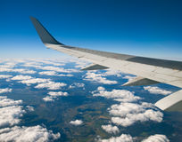 Ala dell'aereo su cielo blu Fotografie Stock
