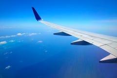 Ala dell'aeroplano con cielo blu immagine stock