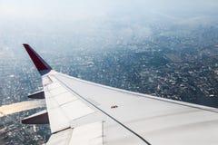 Ala dell'aeroplano con l'alta vista della città | bella terra naturale | affare del trasporto Fotografia Stock