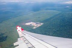 Ala dell'aeroplano con l'alta vista della città | bella terra naturale | affare del trasporto Immagini Stock Libere da Diritti