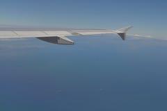 Ala dell'aeroplano nella parte anteriore su cielo blu Fotografia Stock Libera da Diritti
