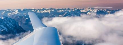 Ala di aereo con le montagne Fotografia Stock