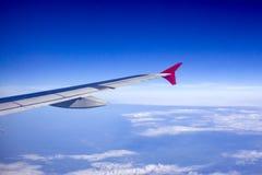 Ala di aereo contro cielo blu dalle sue finestre Immagine Stock Libera da Diritti