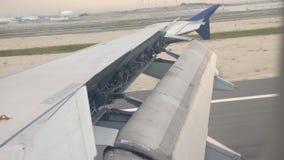 Ala di aereo fuori dell'alettone del bordo che si alza per il manovramento dell'attimo di velocità per decollare all'aeroporto video d archivio