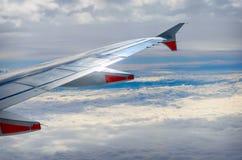 Ala di aereo sulle nuvole, fondo volante Fotografia Stock