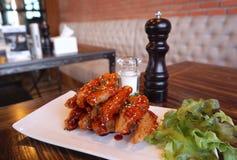 Ala di pollo con salsa barbecue Fotografie Stock Libere da Diritti