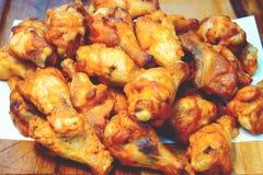 Ala di pollo fritta nel grasso bollente con stile coreano della salsa di aglio sul bordo di legno immagine stock