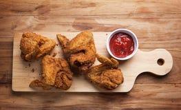 Ala di pollo fritto con salsa al pomodoro Fotografia Stock