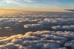 Ala di un aereo al tramonto fotografia stock