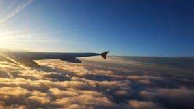 Ala di un aeroplano al tramonto con le nuvole Viaggio, avventura, tra fotografia stock libera da diritti