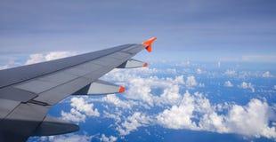 Ala di un aeroplano nel cielo Fotografie Stock