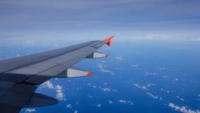 Ala di un aeroplano nel cielo Immagine Stock