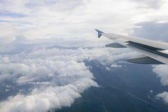 Ala di un volo dell'aeroplano sopra le nubi Fotografia Stock