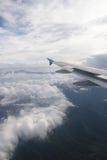 Ala di un volo dell'aeroplano sopra le nubi Fotografie Stock