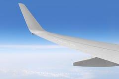 Ala e cielo dell'aeroplano Fotografie Stock