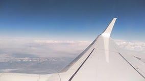 Ala e nuvole dell'aeroplano dall'oblò archivi video