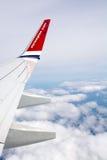 Ala e nuvole norvegesi dell'aereo di linea Fotografia Stock Libera da Diritti