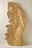 Ala enorme con las plumas de oro fotos de archivo libres de regalías