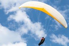 Ala flexible aficionada en cielo azul con las nubes Imagenes de archivo