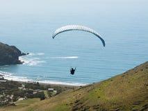 Ala flexible que vuela sobre las colinas al océano Foto de archivo libre de regalías