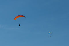Ala flexible que vuela sobre las montañas en Italia Fotos de archivo