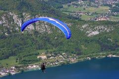 Ala flexible sobre el lago Annecy imagen de archivo