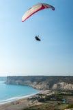 Ala flexible sobre Kourion, Chipre Imagenes de archivo