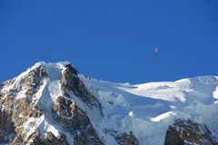 Ala flexible sobre la cumbre del macizo de Mont Blanc, Italia fotografía de archivo