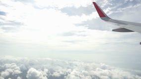 Ala hermosa del aeroplano de un vuelo del aeroplano sobre las nubes blancas